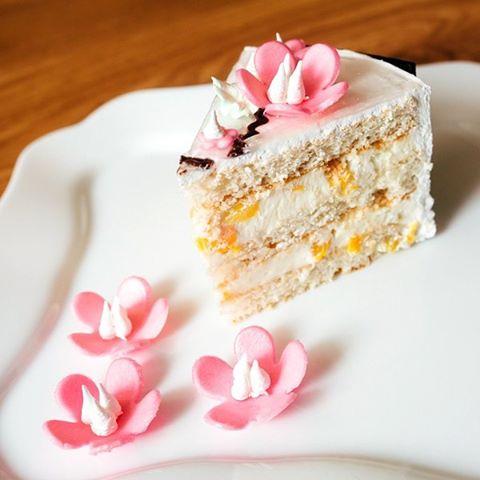 Тортик САКУРА - воздушный бисквит с рисовой мукой с нежнейшим кремом из натуральных сливок с сыром Маскарпоне  и персиком.